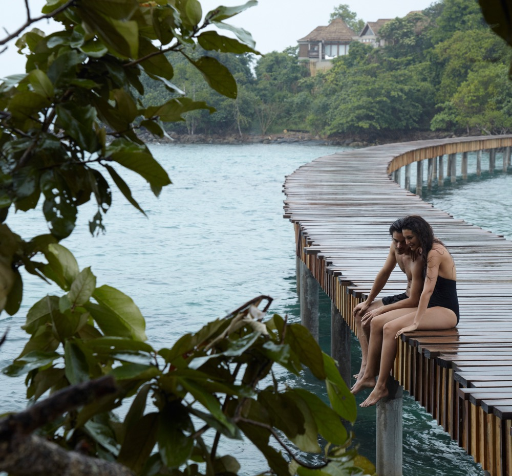 guest-couple-sittting-in-the-rain-on-the-bridge-to-koh-bong_0467-2